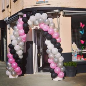 Ballonnenboog in roze, zilver, zwart en wit