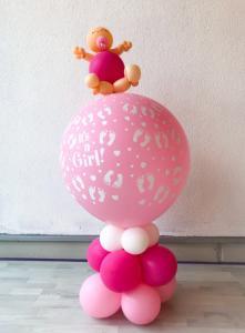 Baby in roze ballondecoratie